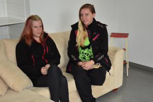 Kannuslaiset Taru Malinen (vasemmalla) ja Janita Kaarto kertoivat ajatuksiaan Kannuksesta nuoren näkökulmasta.