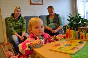 Halsuan Lions Clubin ja MLL:n paikallisyhdistyksen neuvolalle lahjoittamat lelut pääsivät heti käyttöön, kun Eerika Jyrkkä vieraili neuvolan avoimien ovien päivässä yhdessä äitinsä Ella Pannulan kanssa. Kuvassa myös terveydenhoitaja Kirsi Korkeakangas.