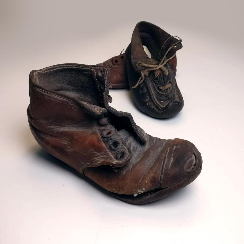 Pulavuosina kengätkin käytettiin tarkkaan.