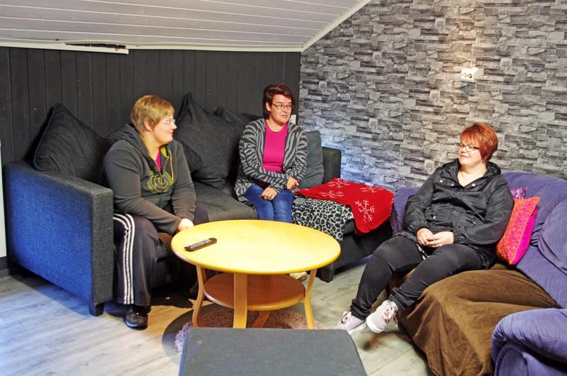 """Anu Hämäläinen (vas.), Tuula Järvi ja Kati Toivoniemi istuvat paikassa, jossa oli """"järkyttävää ilkivaltaa""""."""