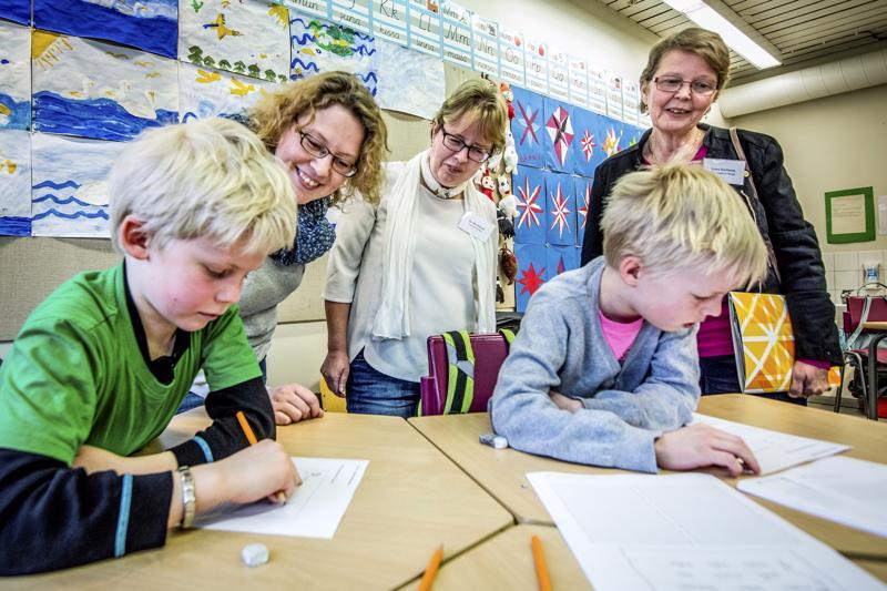 Molemminpuolisesta kielikylvystä on tullut suosittua Pietarsaaressa. Kuva on kansallisilta kielikylpyopettajapäiviltä muutaman vuoden takaa.