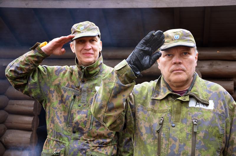Veijo Keränen ja Ari Mattila ovat hyvillään siitä, että oppivat Intti tutuksi -leirillä armeijajuttuja ja uusia taitoja sekä saavat uusia ystäviä.