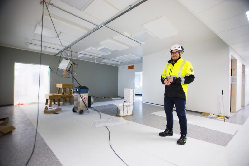 Simo Hautamäki on tyytyväinen siihen, millainen palvelutalo Kyläojantielle purettujen rivitalojen paikalle on noussut.