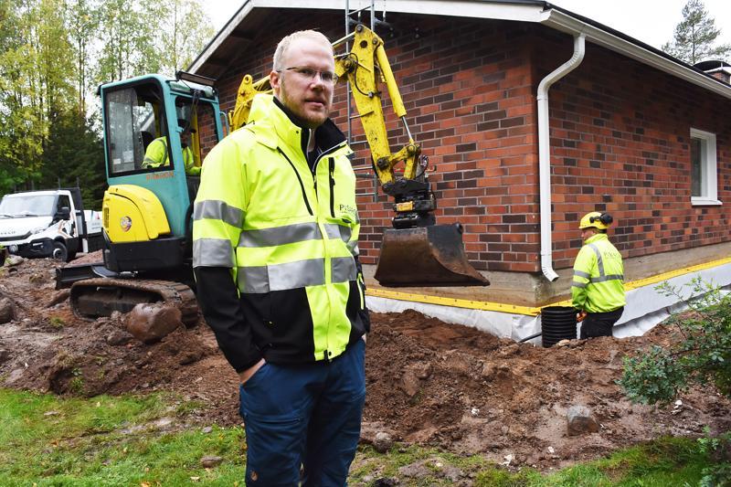Pisaron uusi Vattukylällä Jorma Kallion talon salaojistusta. Toimitusjohtaja Ari-Pekka Jokitalo kertoo materiaalien kehittyneen huimasti sitten vuoden 1979, jolloin talo on rakennettu.