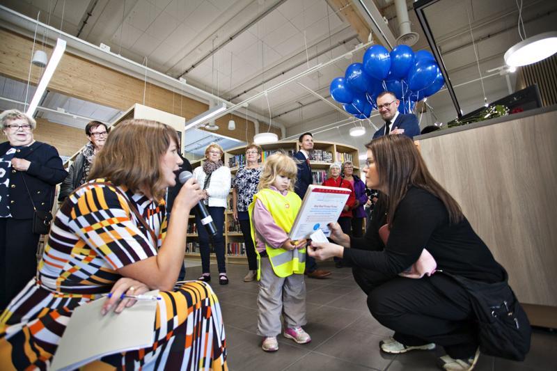 Aada Luhtio teki ensimmäisen lainauksen Kalajoen uudessa kirjastossa.