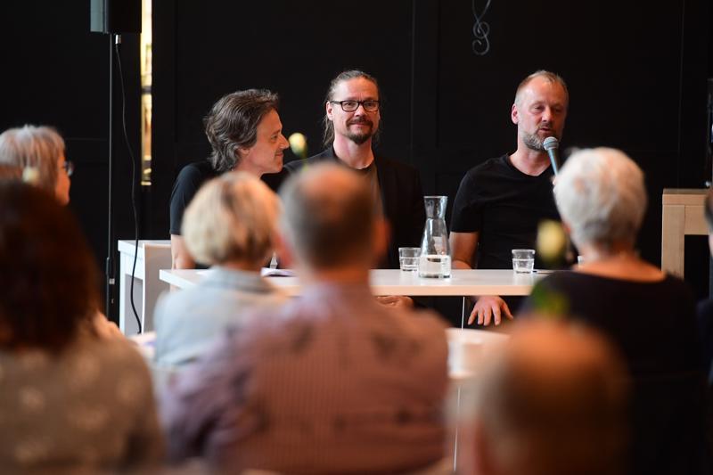 Konsertti-infossa haastateltavina kapellimestari Jukka Iisakkila (vas.), säveltäjä Sami Klemola ja foley-artisti Heikki Kossi.