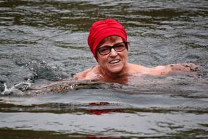 Liike on lääke, sanoo Hilkka Pinola Louhelammella uidessaan. Avantouinnin jälkeen on autuas olo! Ensi maanantaina alkaa Pinolan vetämänä vesijumppa ja torstaisin hän ohjaa kuntosaliryhmää.