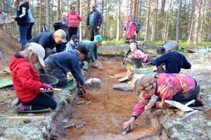 Pienet arkeologit kaivauksella. Märsylän koulun oppilaat saavat kokeilla arkeologin työtä parin viikon ajan Kivinevan kivikautisella asuinpaikalla. Urakka on samalla oppilaiden monialaista oppimiskokonaisuutta.