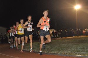 Topi Raitanen vetää 3000 metrin juoksua puolimatkassa. Toisena juoksee Arttu Vattulainen ja kolmantena juoksussa toiseksi sijoittunut Ossi Kekki. Seuraavina juoksevat Jaakko Piesanen, Miika Tenhunen ja Joonas Rinne.