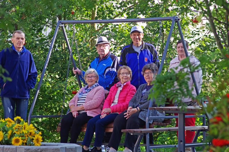 Vasemmalta seisomassa Kalervo Jatkola, Vilho Parkkinen, Mauri Huhtakangas ja Tellervo Parkkinen, istumassa Hilkka Mäntylä, Katri Jatkola ja Liisa Alakotila.