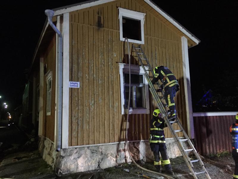 Kaksikerroksisessa omakotitalossa oli tulipalo lauantai-iltana Pietarsaaren keskustassa Luotsikadulla.