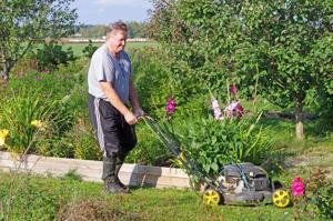Aimo Kaikkonen harrastaa puutarhanhoitoa.