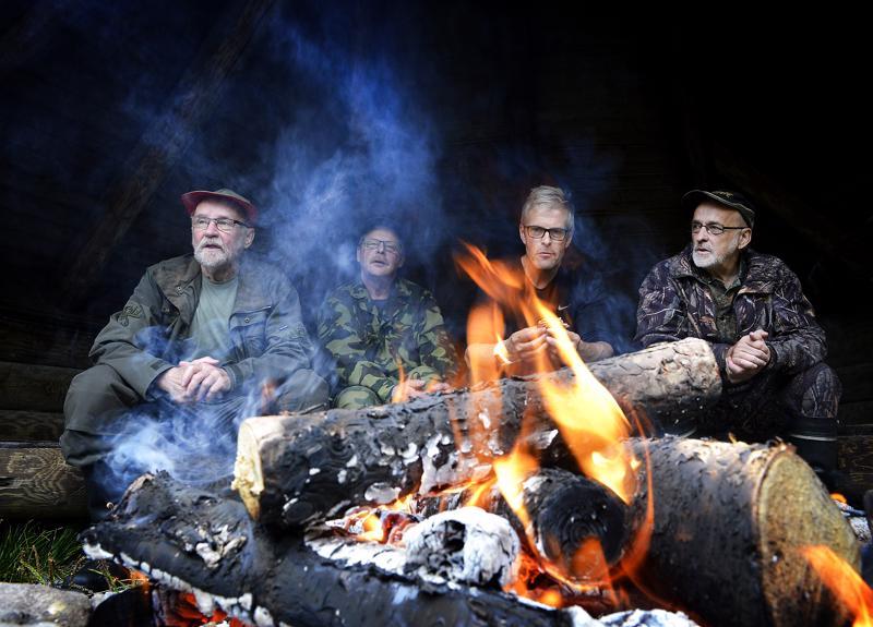 Nuotiolla on hyvä hiljentyä kuuntelemaan luontoa ja miettimään monenmoisia asioita. Metsän eläimiä on syytä kunnioittaa, mutta karhuja ja susia ei tarvitse pelätä, sanovat Mauno Mäki-Petäjä, Ilkka Mäki-Petäjä, Eero Junkala ja Markku Mäki-Petäjä.