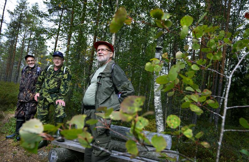 Mäki-Petäjän veljekset ovat myös ahkeria talkoolaisia. Markku, Ilkka ja Mauno suunnittelevat risusavottaa eräpolulle.