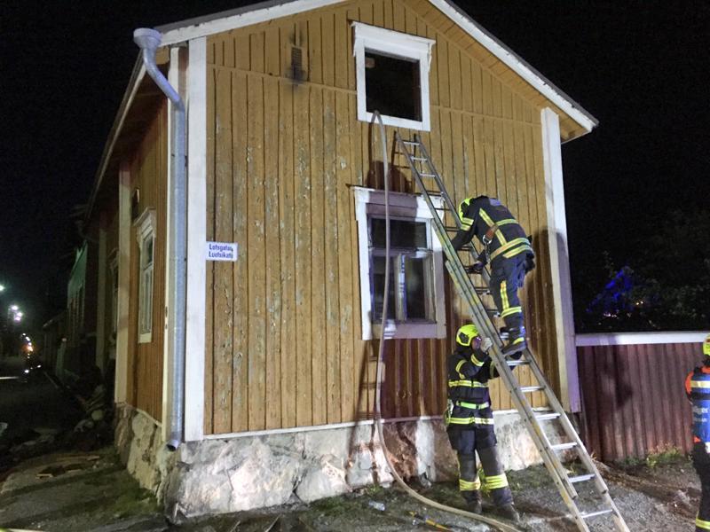 Kaksikerroksisessa omakotitalossa syttyi tulipalo lauantai-iltana Pietarsaaren keskustassa Luotsikadulla.