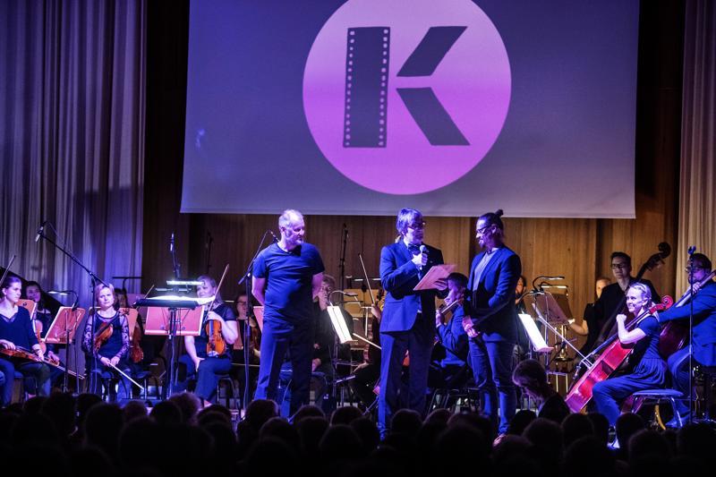 Cinema-konsertissa foley-artistina Heikki Kossi, juontajana Hannu Björckbacka ja säveltäjänä Sami Klemola.