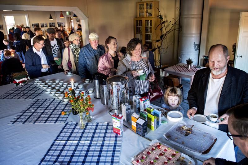 Ohjaaja Markku Pölönen yllätettiin Työväentalon baarissa illansuussa. Sitten juotiin syntymäpäiväkahvit.