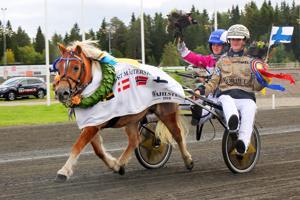 Elina Miettunen, omistaja Jenny Suomela ja Jokimäen Martta kunniakierroksella.