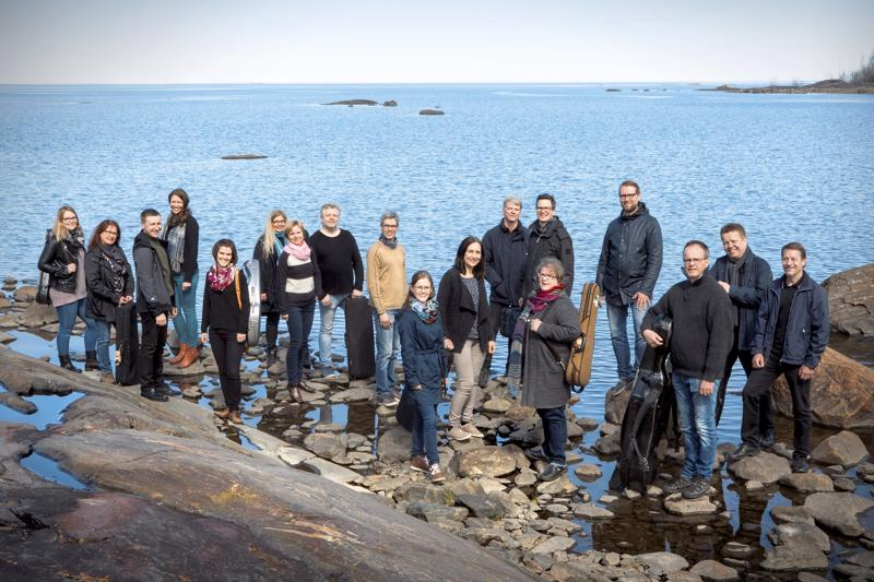 Keski-Pohjanmaan Kamariorkesteri esittää Luodon konsertissa mm. Erna Tauron Syyslaulun jousiorkesteriversiona.