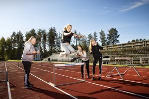 Liikunnalliset nuoret Oona Argillander (vas.), Venla Kujala, Ida Kattilakoski ja Noora Lahti viihtyvät koulun liikuntatunneilla. Tiistaina ohjelmassa oli yleisurheilua Kirkonmäen kentällä.