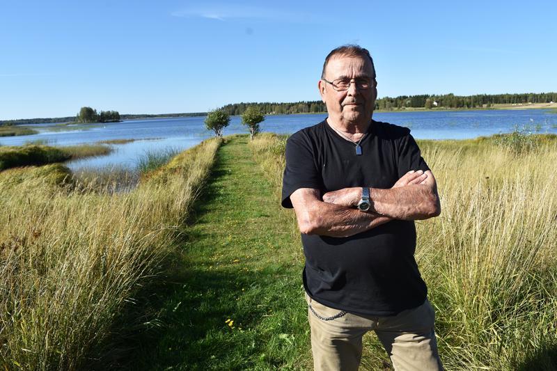Erkki Anttila joutui jättämään Vatjusjärven maisemat pikkupoikana                      jouduttuaan huutolaiseksi Rytkynperälle. Nykyään ykköskoti on Ruotsissa, mutta kesämökillä Etelälahdella kuluu lähes puolet vuodesta.