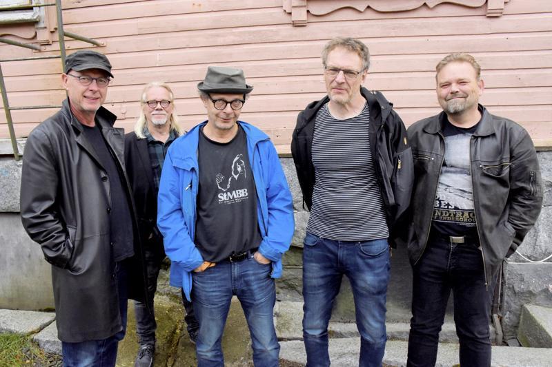 Keikkalavalle taas nousevasta St. Petersaaresta noin puolet eli Kari Ilmonen (vas.) , Simo Vasanoja, Heimo Riihimäki, Jan Stenhäll ja Ari-Matti Lepistö.