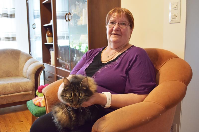 Mirja Viinalan perheeseen kuuluu nykyisin puoliso Jarmo, Jarmon veli Tenho sekä Miina-kissa. Takavuosina samaa taloutta asuivat myös appivanhemmat ja kolme lasta.