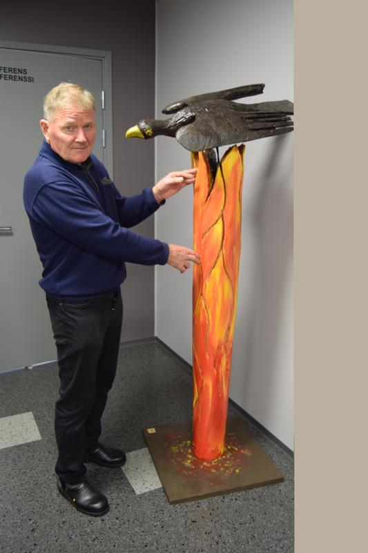 Set Åkerlund ja veistos, Palava puu. Musta, kuoleman lintu symboloi luonnon tuhoa. Muutokset säässä ja ilmastossa synnyttivät idean. Ruotsin massiiviset, kuivuuden aiheuttamat tulipalot, ovat eräs merkki uhkasta, täällä Pohjolassakin.