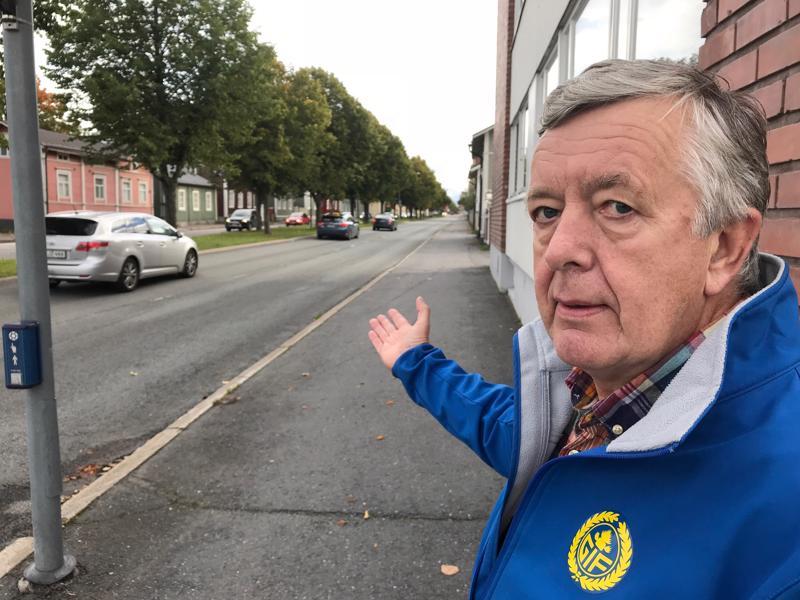Kokkolalainen Håkan Prest palasi paikalle, josta urheiluseuran pikkubussia ammuttiin ilma-aseilla yöllä.