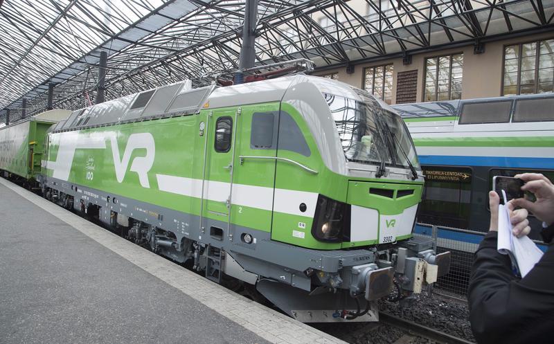 Junat seisovat juuri nyt koko Etelä-Suomessa sähkövian takia. Vaikutukset ulottuvat kaikkiin junavuoroihin.
