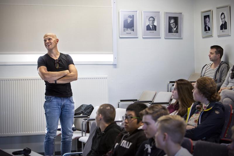 Kokkolan ilmailukerhon Ari-Jukka Luomaranta innostaa auditorioon kerääntyneitä lukion ekaluokkalaisia ilmailuopintojen pariin.