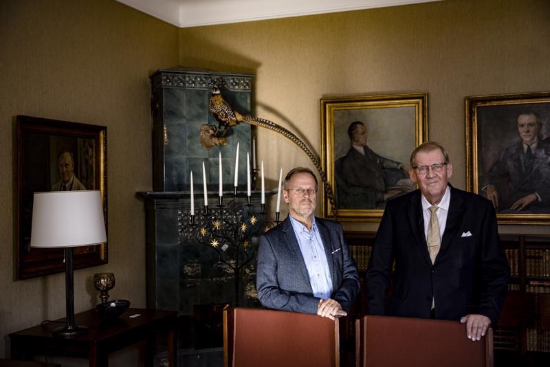 """Toimittaja Pekka Ervastin ja eduskunnan pääsihteerin tehtävästä eläkkeelle jääneen Seppo Tiitisen uutuuskirjassa """"Tiitinen –Vakoilijoita ja veijareita"""" kerrotaan muun muassa idänkaupan korruptiosta 1980-luvulla."""