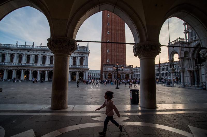 Turistin ei sovi istua mihin tahansa Venetsian Pyhän Markuksen toria ympäröivässä pylväskäytävässä.