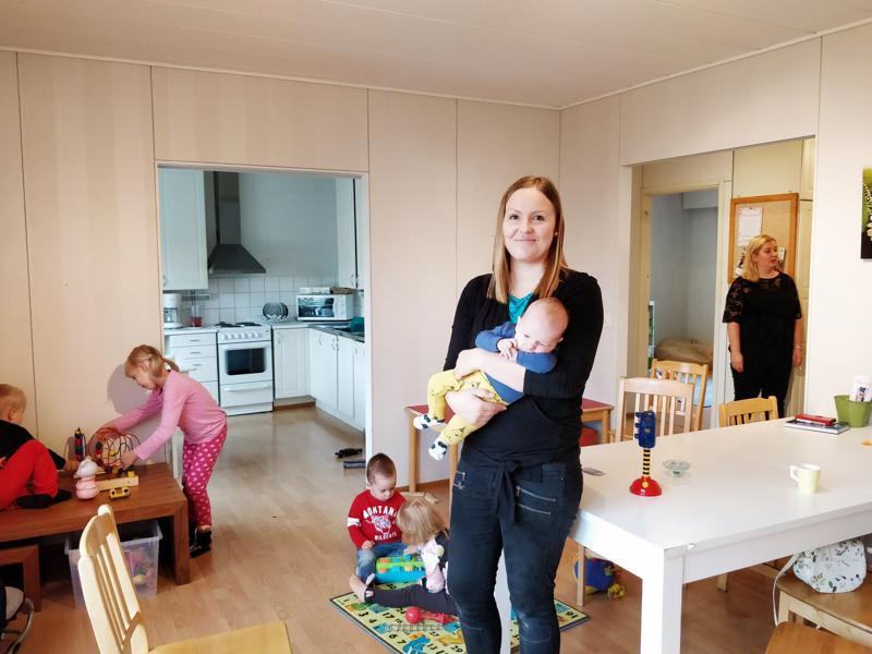 Jenni Pehkonen tuli mukaan MLL:n paikallisosaston toimintaan perhekahvilan kautta. Tätänykyä hän toimii perhekahvilavastaavana ja vapaaehtoistyötä riittäisi muillekin kiinnostuneille. Sylissä Eetu-vauva.