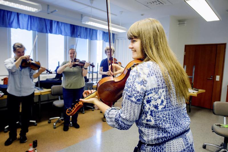 Haapavesi Folk Music Festivalin ohjelmistoon kuuluu kotimaisten ja ulkomaisten huippumuusikoiden vetämiä kursseja.  Ruotsalainen Emma Ahlberg opetti kesällä 2017 ruotsinviulua, polskaa ja sottiisia.