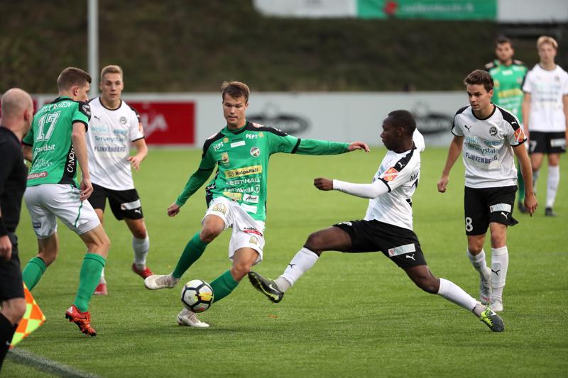 KPV:n Harri Heiermann (kesk.) ehtii palloon ennen Hakan Henri Malundamaa. Tilannetta seuraa KPV:n toisen maalin tehnyt Kalle Multanen.