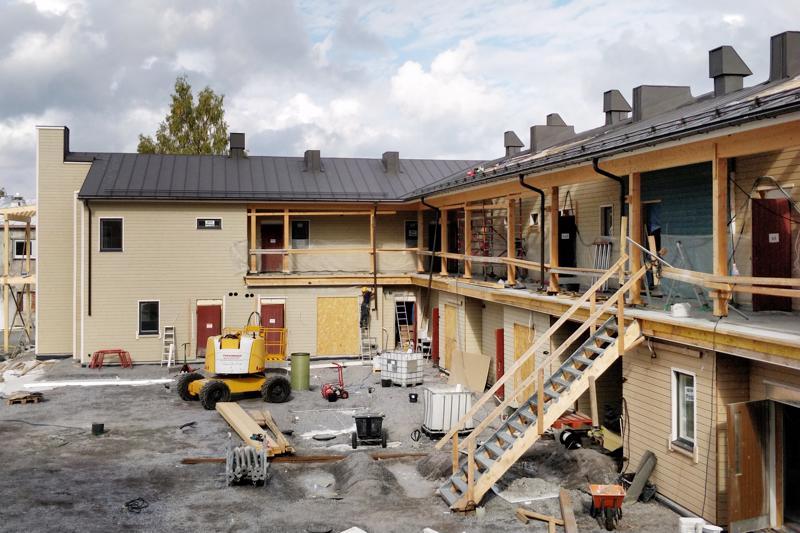 Skatagardeniin tulee yhteensä noin 40 asuntoa, joista yli puolet sijoittuu jouluksi valmistuvaan, C-malliseen rakennukseen. Yläkerran moderni luhtikäytävä laatoitetaan ja siihen asennetaan lattialämmitys.