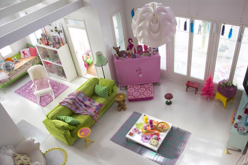 Vaikka pääpinnat ovat vaaleita, huonekalujen ja erilaisten kankaiden avulla voi luoda värikkyyttä.