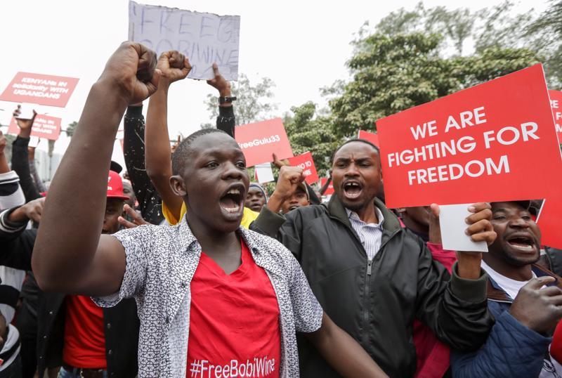 Myös Ugandan naapurissa Keniassa osoitettiin mieltä Bobi Winen vapauttamisen puolesta elokuussa. Wine on toistuvasti kertonut taistelevansa vapauden puolesta.