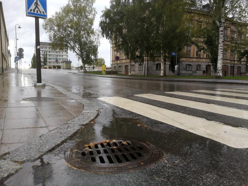 Sataa ja ropisee. Taustalla näkyvällä Raatihuoneella kokoontuva Pietarsaaren kaupunginvaltuusto päättää syksyllä, paljonko hulevesistä aletaan laskuttaa kiinteistöjen omistajia.