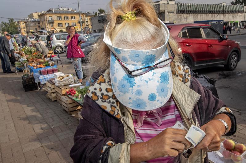 Keskimääräinen eläke Venäjällä on 14000 ruplaa eli 172 euroa. Jotakin sivutyötä eläkeläisen on löydettävä. Eläkeläismiehille on tarjolla töitä esimerkiksi talonmiehinä, ovenvartijoina ja portsareina. Naiset taas saavat elokuvateattereista paikannäyttäjän ja kahviloista tarjoilijan töitä.