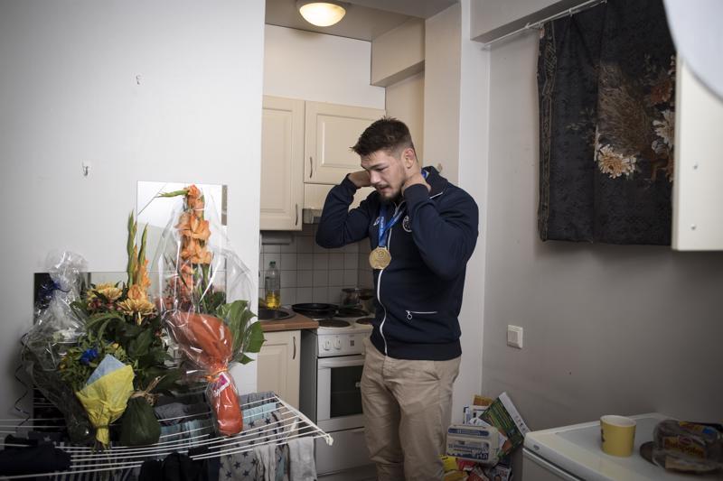 """Arvi Savolaisen torstaina saamat kukkakimput eivät olleet perjantaina ehtineet vielä maljakoihin asti, koska maailmanmestarin poikamiesboksissa ei ole yhtään maljakkoa. """"Vien ne iltapäivällä äidille"""", Savolainen suunnitteli."""