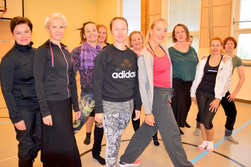 Ex-brimaballerina Minna Tervamäki esiintyi perjantaina Ylivieskassa. Lauantaina hän jakoi kehonhuoltoon liittyviä vinkkejä yleisölle.