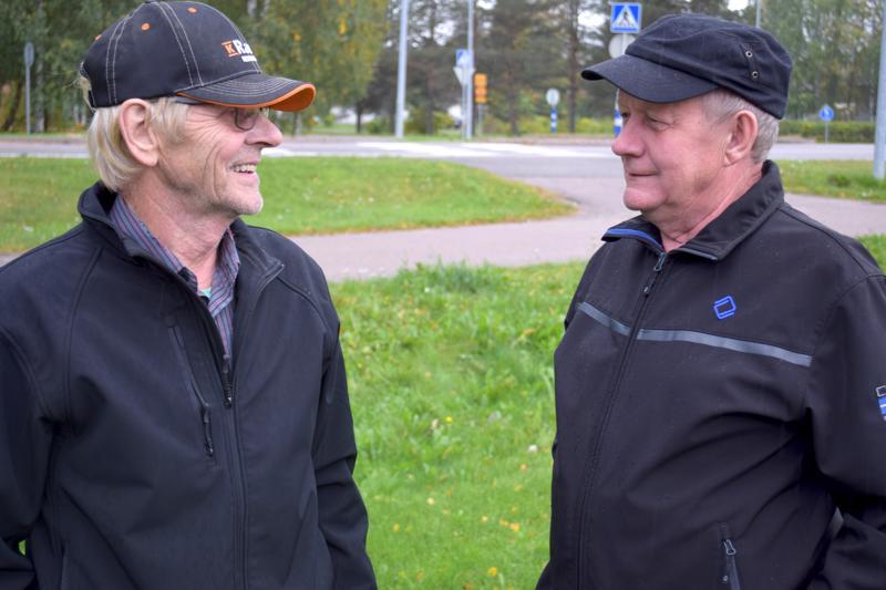 Erkki Sorola ja Hannu Haapala Haapajärveltä toivovat kellonaikojen siirtelyn loppuvan.
