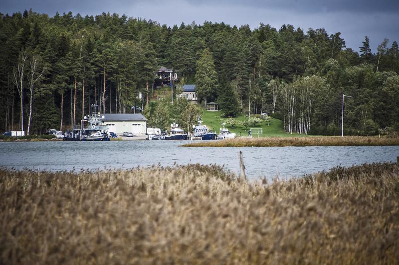 Airiston Helmi Oy:n Paraisilla sijaitsevan kiinteistön laiturilla oli lauantaina useita veneitä. Niiden joukossa on satelliiteilla ja miinanpudotustekniikalla varustettu Kampela-luokan alus, jonka yhtiö hankki puolustusvoimien poistohuutokaupasta.