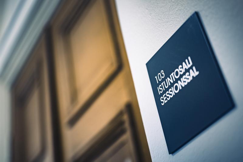 Käräjäoikeuden tuomaria syytetään tuottamuksellisesta virkasalaisuuden rikkomisesta. Syyte liittyy Helsingin käräjäoikeudessa käsiteltyyn laajaan juontaja Axl Smithin salakatselurikosasiaan. Kuvituskuva.