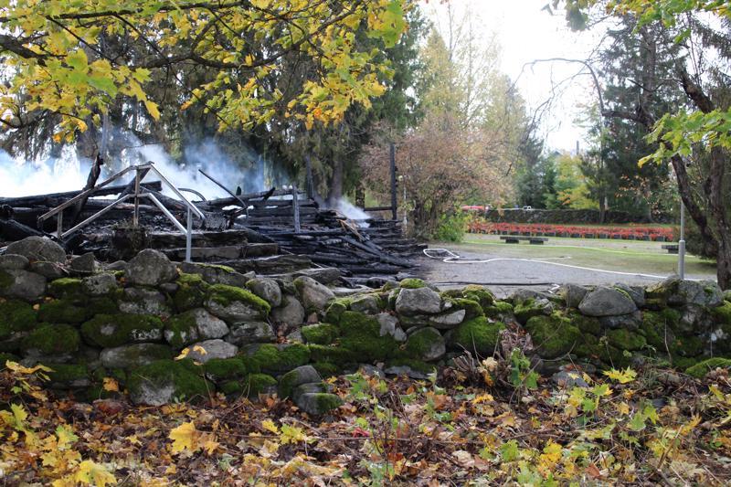 Kiihtelysvaaran kirkko tuhoutui täysin tulipalossa. Tulipalon syttymissyyn tutkinta on vasta alussa.
