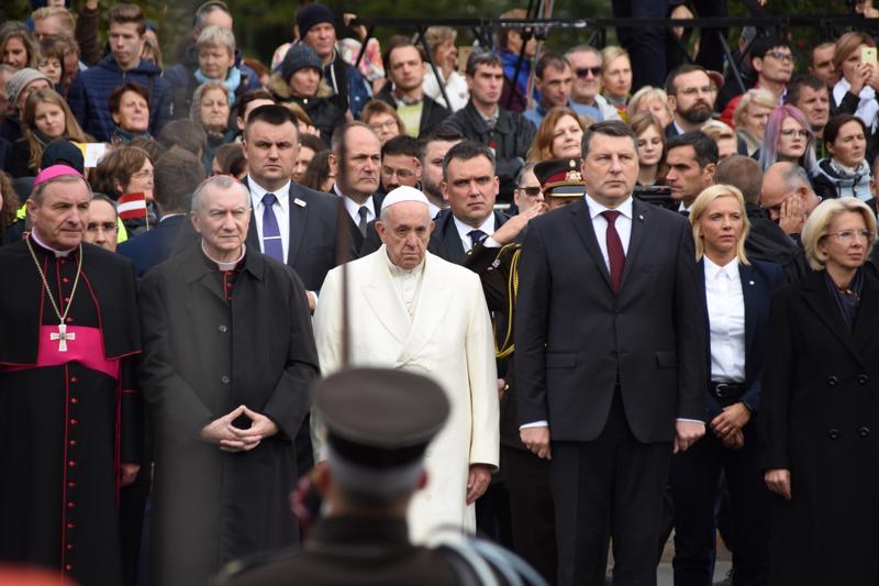 """Paavi Franciscus ja Latvian presidentti Raimonds Vejonis laskivat kukkia """"isille ja vapaudelle"""" omistetulle Vapauden monumentille Riian keskustassa."""