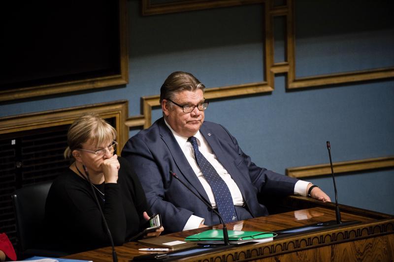 Timo Soini jatkaa ulkoministerinä ja siniset hallituksessa. Asia varmistui, kun Soinille esitetty epäluottamusesitys kaatui eduskunnan äänestyksessä perjantaina. Vieressä ministeri Pirkko Mattila.