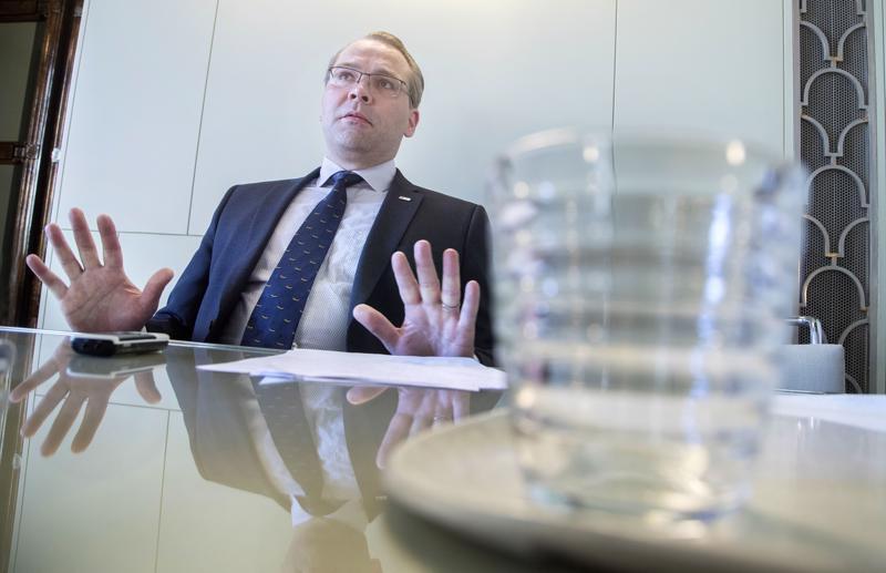 Puolustusministeri Jussi Niinistö (sin.) korostaa, että kansallista turvallisuutta parantavat lakihankkeet etenevät aikataulussa.